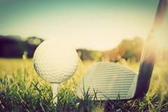 演奏高尔夫球、球在发球区域和高尔夫俱乐部 免版税图库摄影