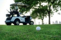 演奏高尔夫球和高尔夫车 高尔夫球在高尔夫球的发球区域 库存照片