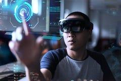 演奏魔术|与hololens的虚拟现实 免版税库存照片