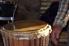 演奏鼓的一个人的特写镜头 库存照片