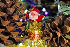 演奏鼓的圣诞老人玩具 库存照片