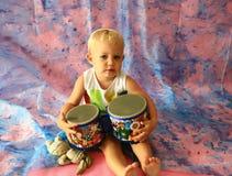 演奏鼓的女孩 免版税库存图片