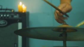 演奏鼓的年轻男性鼓手在演播室 4K 股票录像