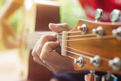 演奏年轻人的吉他音乐家 库存照片