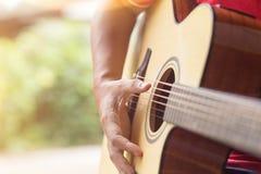 演奏年轻人的吉他音乐家 图库摄影