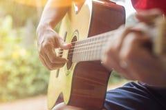 演奏年轻人的吉他音乐家 免版税图库摄影