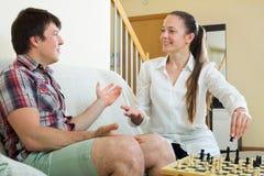演奏年轻人的棋夫妇 免版税库存图片