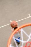 演奏年轻人的篮球男孩 免版税库存图片