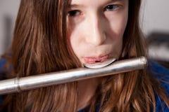 演奏年轻人的长笛女孩 图库摄影