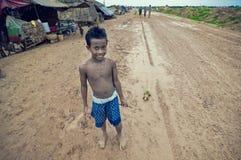 演奏贫寒的柬埔寨孩子 图库摄影