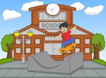 演奏滑板的小男孩在学校动画片传染媒介例证 免版税库存图片