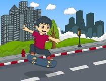 演奏滑板的小男孩 免版税库存照片