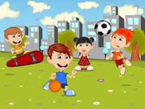 演奏滑板,足球,在城市公园动画片的篮球的小孩 库存照片