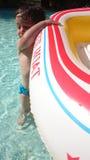 演奏水池水的男孩 免版税库存照片