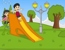 演奏幻灯片的孩子在公园动画片 免版税库存照片