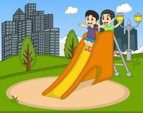 演奏幻灯片的孩子在公园 库存图片