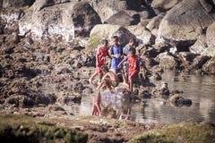 演奏水的子项 免版税图库摄影