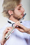 演奏他的长笛的男性长笛演奏家 库存照片