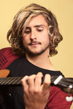 演奏年轻人的吉他人 免版税图库摄影