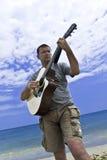 演奏年轻人的吉他人 免版税库存照片