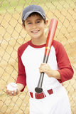 演奏年轻人的棒球男孩 免版税库存照片