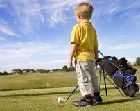 演奏年轻人的男孩高尔夫球 免版税库存图片