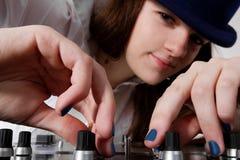 演奏年轻人的dj女性音乐 免版税库存照片
