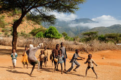 演奏从部落桑布鲁的非洲孩子 库存照片