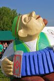 演奏accordeon的一个人 雕塑 免版税图库摄影