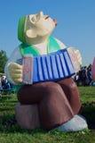 演奏accordeon的一个人 雕塑 免版税库存图片