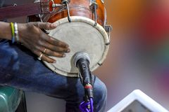 演奏Dhole的人,- Dhole/Dholoke是通过发生听起来或被刮由搅打机的一个乐器 免版税库存图片