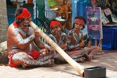 演奏Didgeridoo的家庭 库存照片