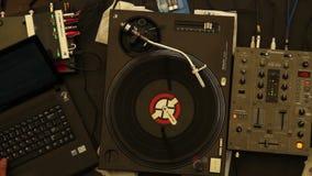 演奏DJ发射的盛肉盘执行的集合设备夜总会 影视素材