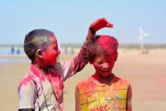 演奏holi/Mandvi, Kutch,印度- 3月2017年-两可怜的孩子的可怜的孩子 免版税库存图片