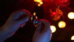 演奏kartalas、蜡烛和香火在黑暗的背景的男性手 股票视频