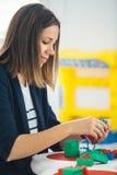 演奏lego块的妇女画象 免版税库存图片