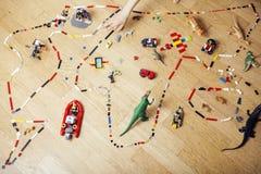 演奏lego的小逗人喜爱的学龄前儿童男孩在家戏弄愉快微笑,生活方式儿童概念 免版税库存图片