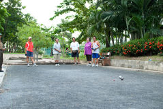 演奏Petanque的人们 免版税库存图片