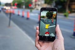 演奏Pokemon的一个人的特写镜头是 免版税库存照片