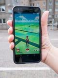 演奏Pokemon的人们去命中被增添的现实巧妙的电话app 库存照片