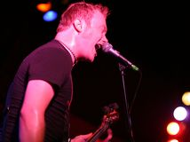 演奏rockstar唱歌阶段的吉他 免版税库存照片