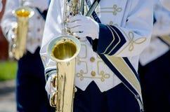 演奏saxaphones的游行乐队 库存图片