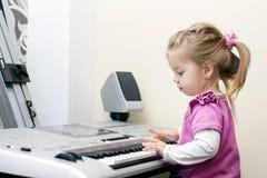 演奏syntesizer的女孩 免版税图库摄影