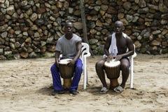 演奏Th小鼓的两个非洲人人 免版税库存图片