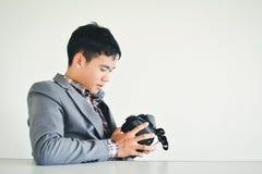 演奏VR虚拟现实玻璃箱子的亚洲商人 免版税库存图片