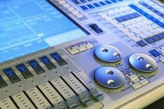 演播室与由后面照的按钮,被聚焦的有选择性的搅拌器细节 免版税库存照片