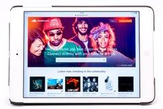 演播室与Soundcloud的iPad射击浏览了 库存照片