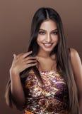 演播室关闭的微笑逗人喜爱的愉快的年轻印地安的妇女,时尚混血儿秀丽 免版税库存照片