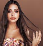 演播室关闭的逗人喜爱的愉快的年轻印地安妇女愉快微笑,时尚混血儿可爱的微笑,生活方式人概念 库存照片