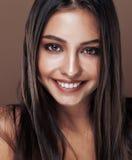 演播室关闭的逗人喜爱的愉快的年轻印地安妇女愉快微笑,时尚混血儿可爱的微笑,生活方式人概念 免版税库存图片